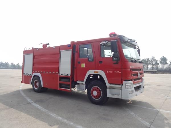 江特重汽豪沃单桥8吨水罐消防车