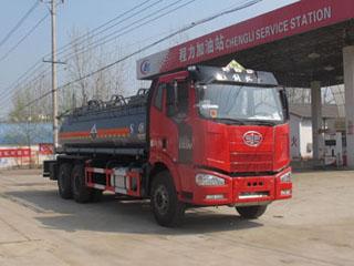 解放J6后八轮平顶带卧腐蚀性物品罐式运输车
