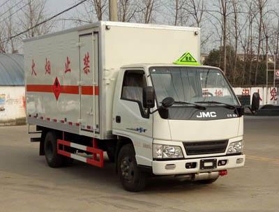江铃4.2米易燃气体厢式运输车