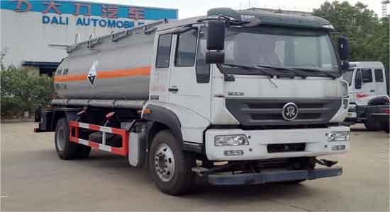重汽7.5立方腐蝕性物品罐式運輸車