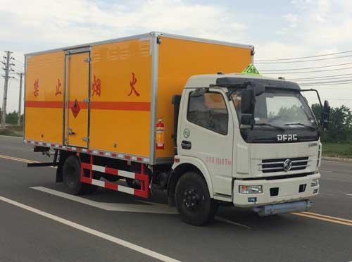 東風多利卡5.2米易燃液體廂式運輸車