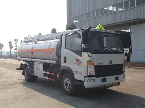 國五重汽豪沃10噸油罐車,小型運油車低價賣