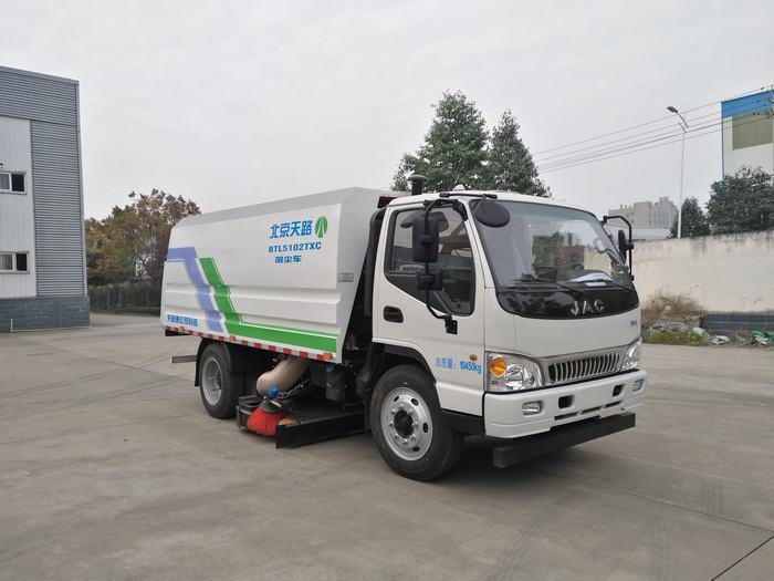 传统扫路车喷水淋湿路人引不满吸尘车来帮忙电动真空吸尘扫地车图片
